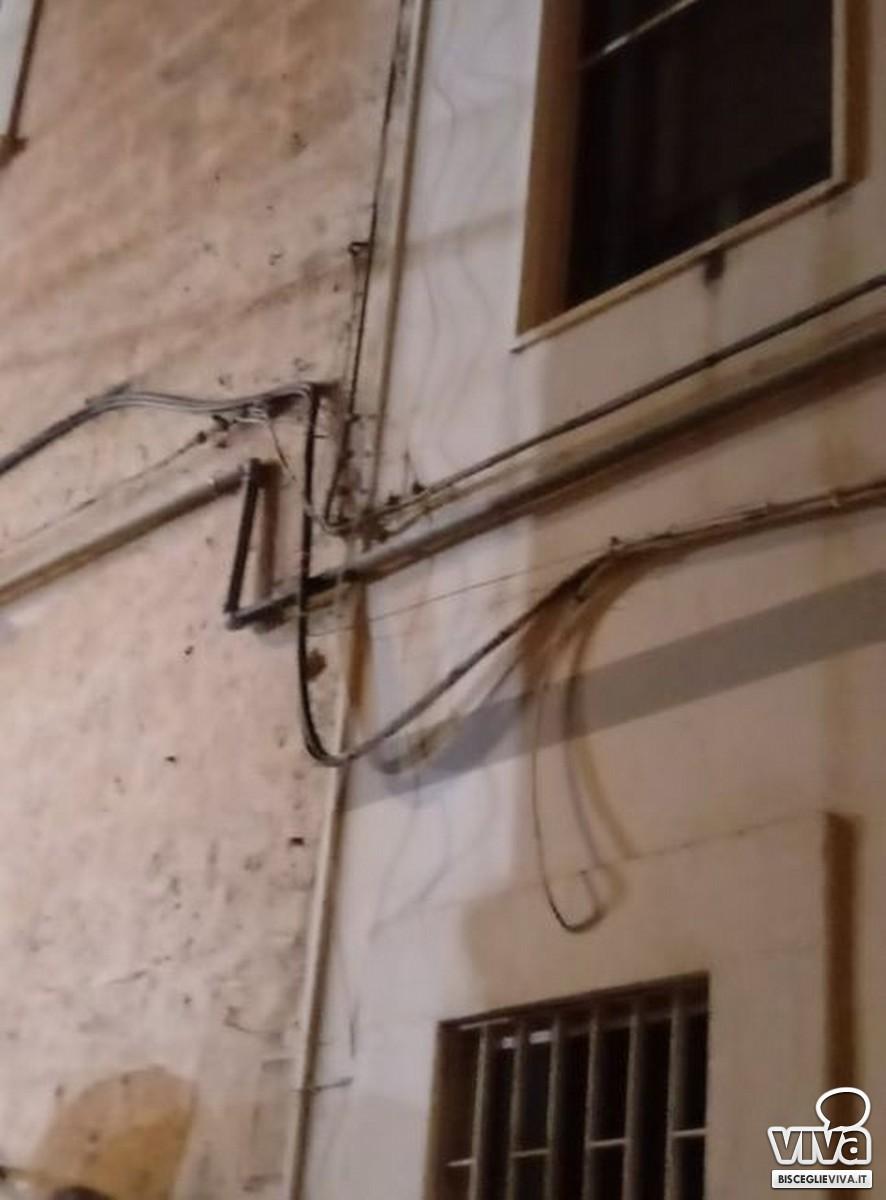 Cavi ciondolanti in via Giovanni Bovio a Bisceglie