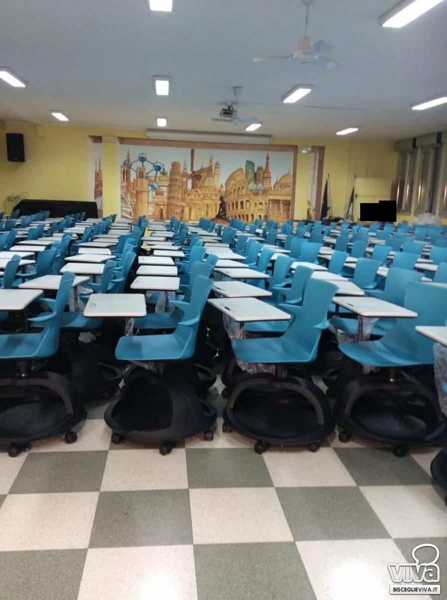 Banchi con le rotelle nell'auditorium della scuola Riccardo Monterisi di Bisceglie