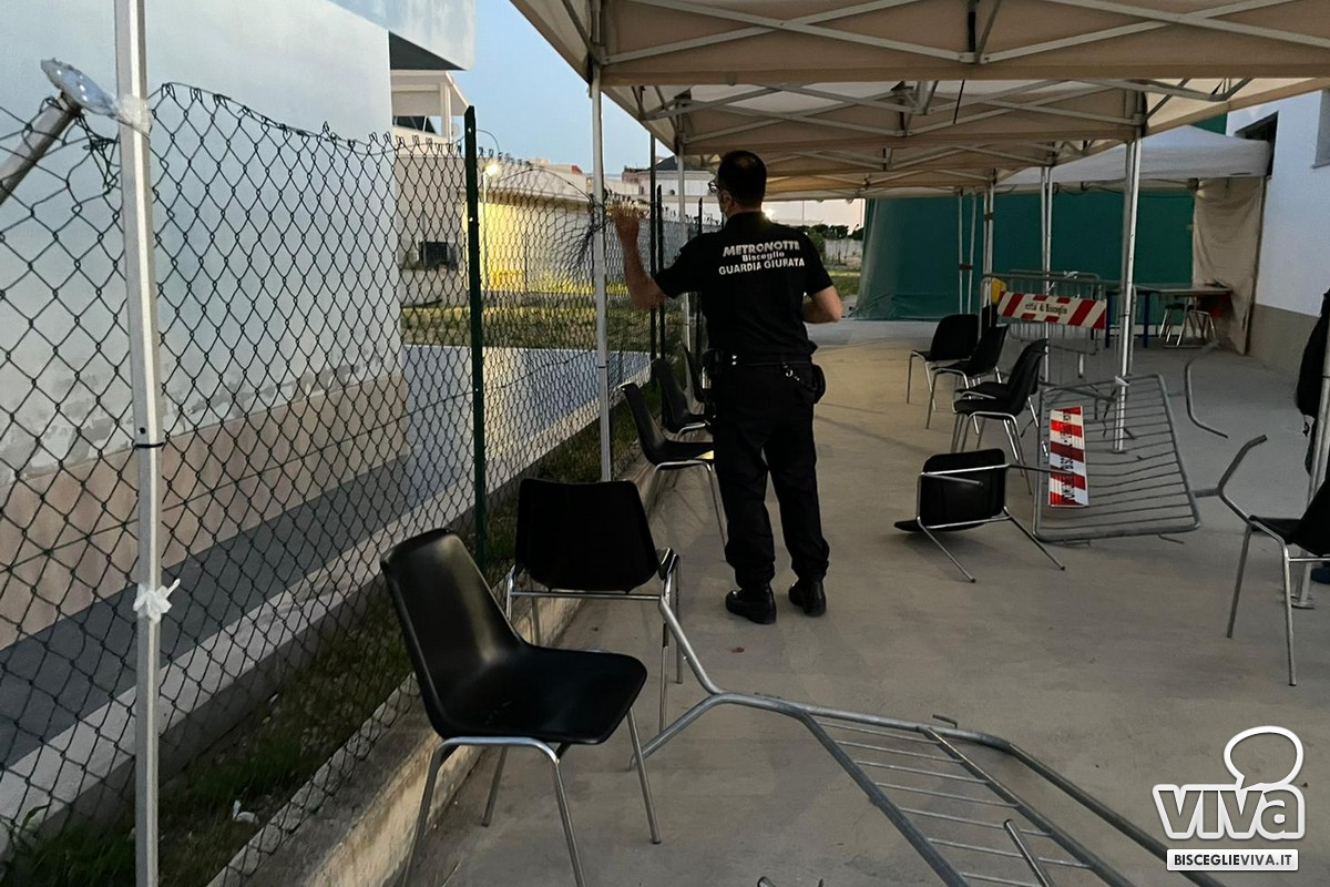 Vandali nell'atrio del PalaCosmai, rotta parte di recinzione e danni a un gazebo