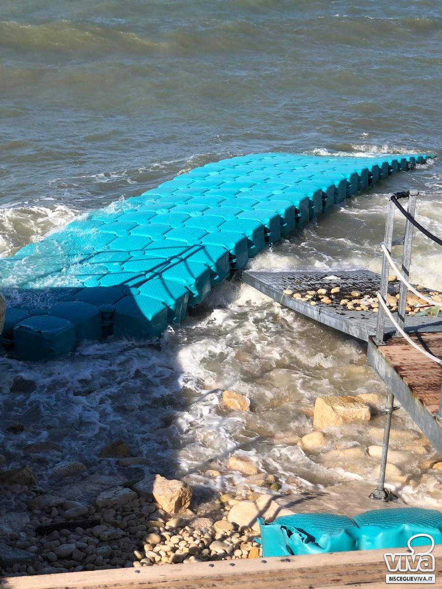 Piattaforma per l'accesso dei disabili in spiaggia sgretolata dalle onde