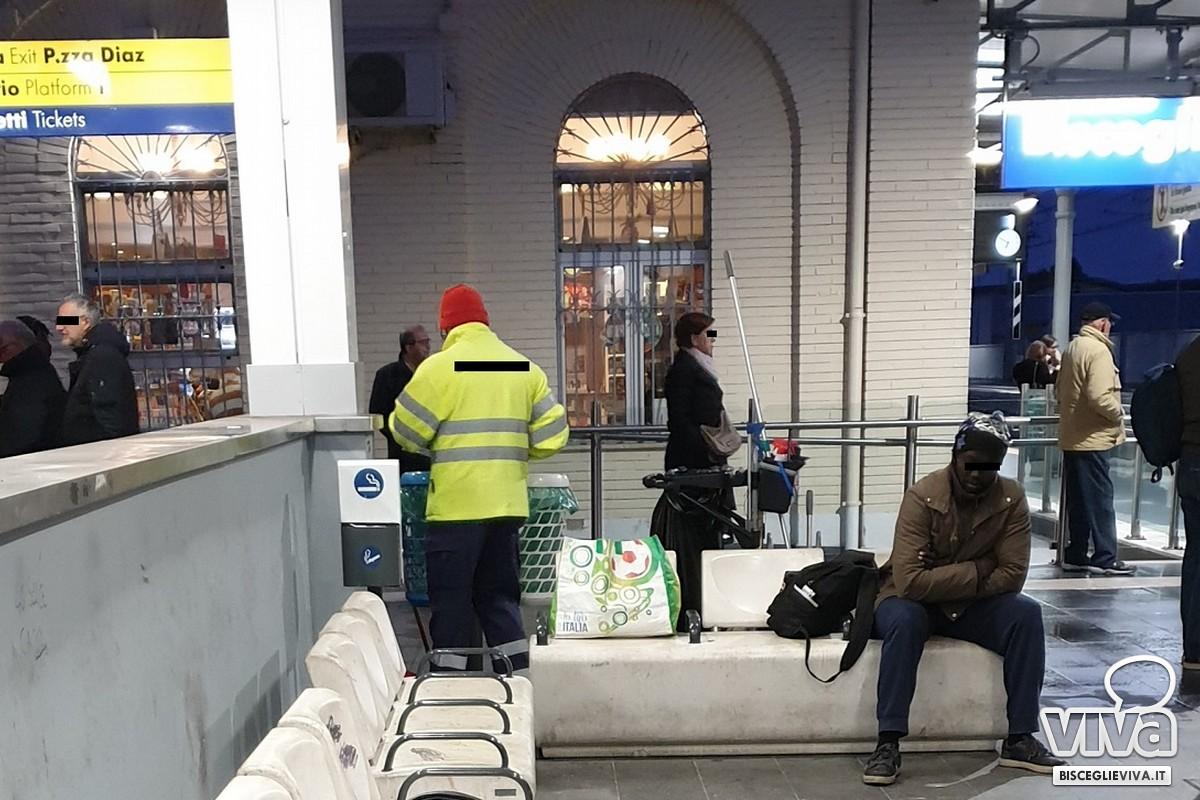 Operazioni di raccolta dei rifiuti all'interno della stazione ferroviaria di Bisceglie