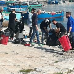 I commercianti di via La Spiaggia ripuliscono la zona del porto