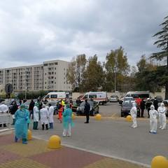 Coronavirus, picchetto d'onore davanti all'ospedale di Bisceglie