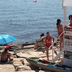 """Baywatch - Grazie al contributo di una serie di giovani bagnini  volontari, ha salvato la vita di tanti bagnanti con """"Spiagge sicure"""". Nel 2017 il progetto sperimentale, gratuito per i cittadini, ha riguardato quattro spiagge, presidiate  durante i mesi di luglio e agosto per dieci ore al giorno consecutive"""