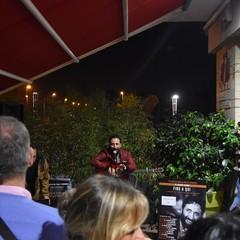 Federico Zampaglione durante il set in acustico a Bisceglie