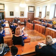 Piccoli studenti simulano un consiglio comunale