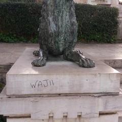 Le conseguenze degli atti di vandalismo presso il monumento ai caduti di piazza Vittorio Emanuele II