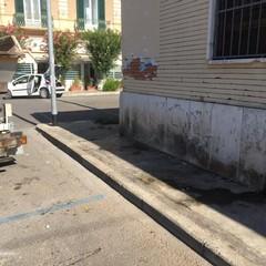 Trasloca e abbandona rifiuti in via Alcide De Gasperi: multato