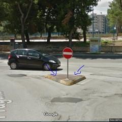 """Segnaletica """"creativa"""" all'incrocio tra via Fragata e via Bellini"""