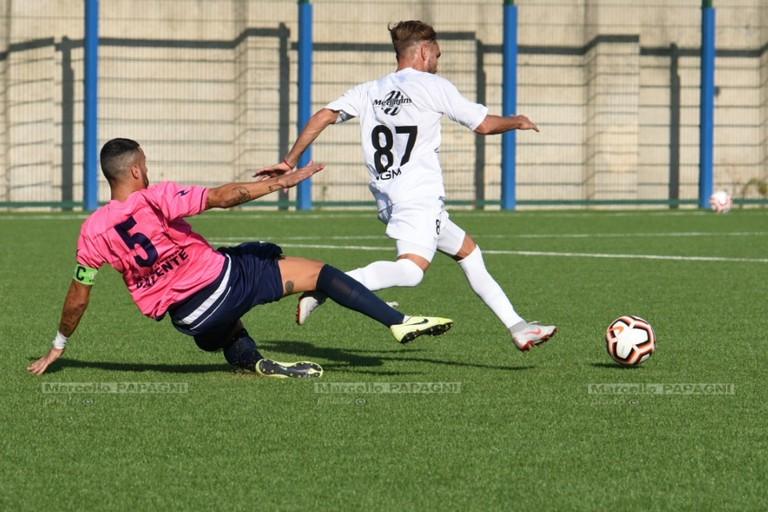 Un tackle di Vincenzo Bufi nel match col Corato. <span>Foto Marcello Papagni</span>