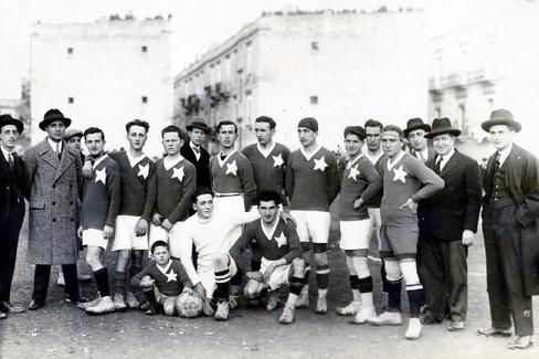 La Biscegliese schierata prima di una sfida con il San Pasquale Bari del 1927. <span>Foto Paolino Rana per Centro Studi Biscegliese</span>