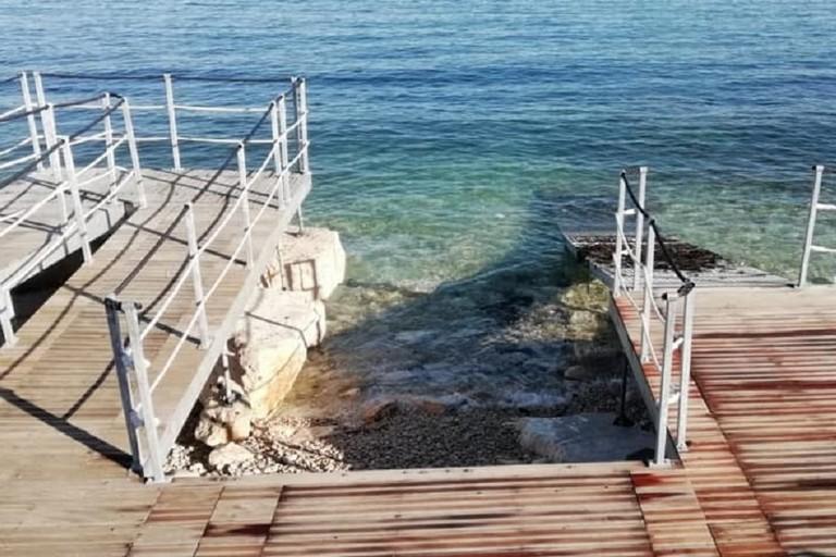 Piattaforma per l'accesso dei disabili in spiaggia priva della pedana galleggiante