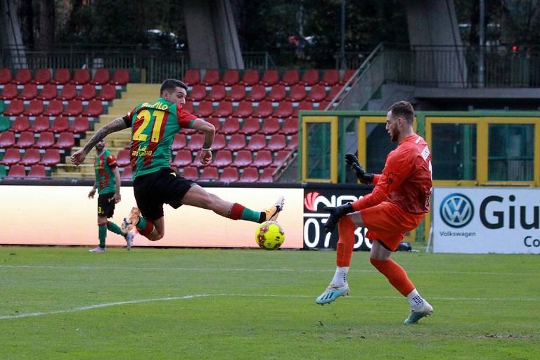 Anthony Partipilo supera Russo e firma l'1-0 per la Ternana