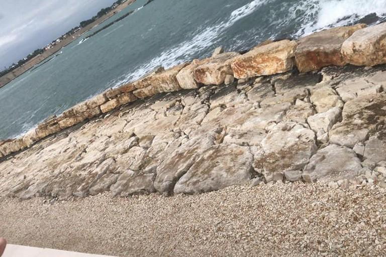 Blocchi di pietra posizionati sul tratto di spiaggia