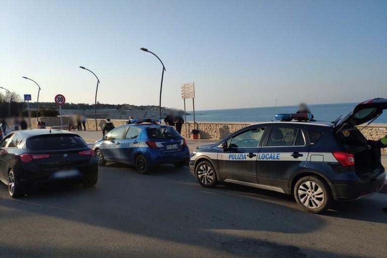 Mezzi della Polizia Locale sulla litoranea di Ponente