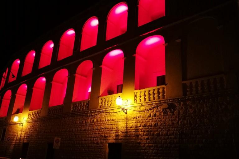 Palazzo San Domenico illuminato di rosso