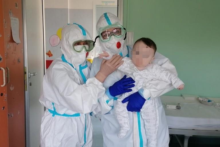Il piccolo Domenico con due operatori del reparto di pediatria