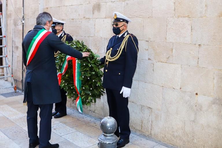 Il sindaco Angarano depone una corona d'alloro davanti al Milite Ignoto