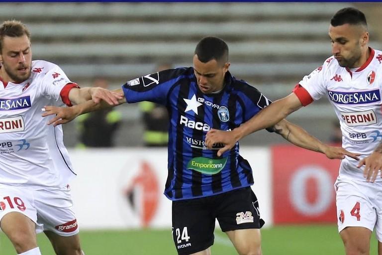Francisco Sartore contrastato da due calciatori del Bari. <span>Foto Emmanuele Mastrodonato</span>