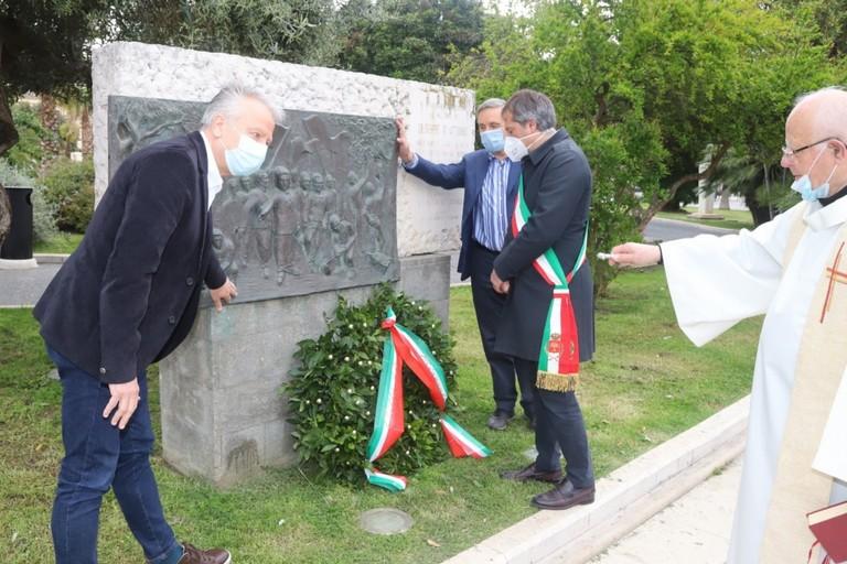 Biagio D'Alberto (a sinistra) durante la manifestazione del primo maggio a Bisceglie. <span>Foto Ignazio Ardito</span>