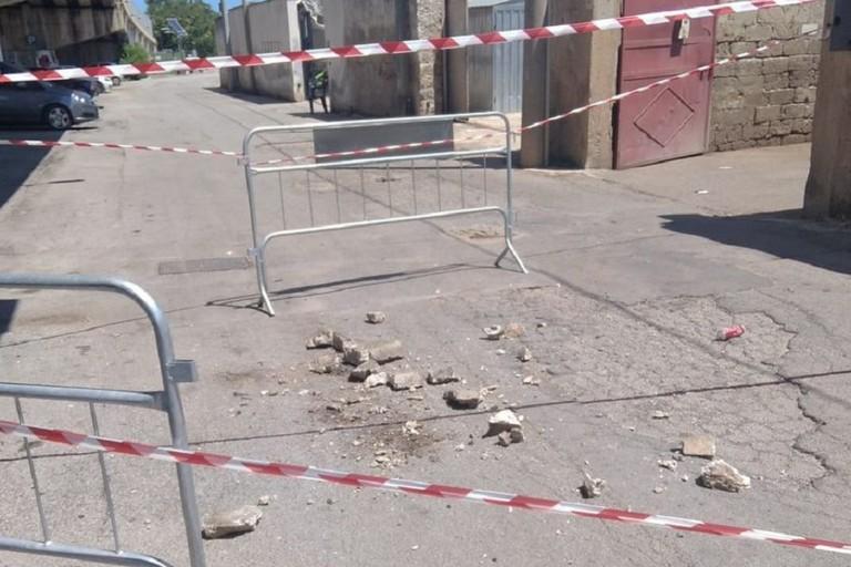 Calcinacci crollati dal ponte di via Macchione a Bisceglie