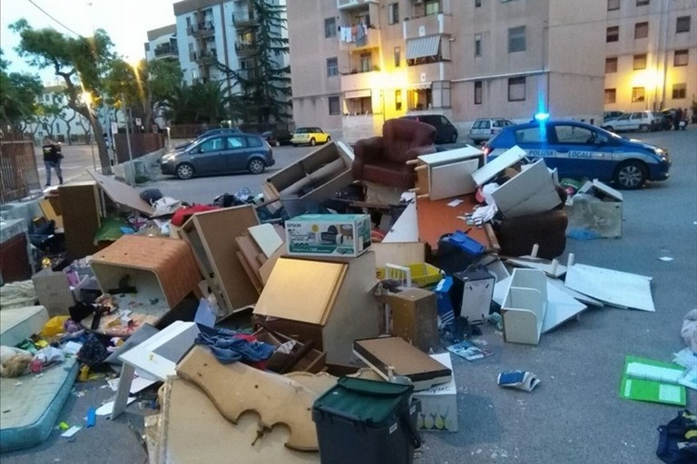 immobile occupato via Di Vittorio (Foto Giuseppe Rana)