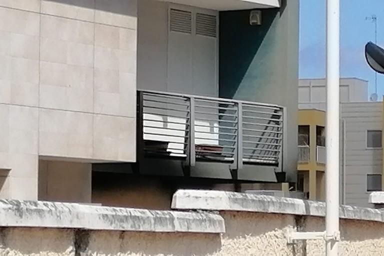 La facciata danneggiata di un balcone dello stabile