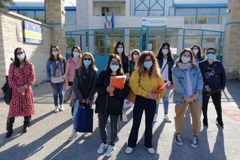 Manifestazione davanti all'istituto Dell'Olio