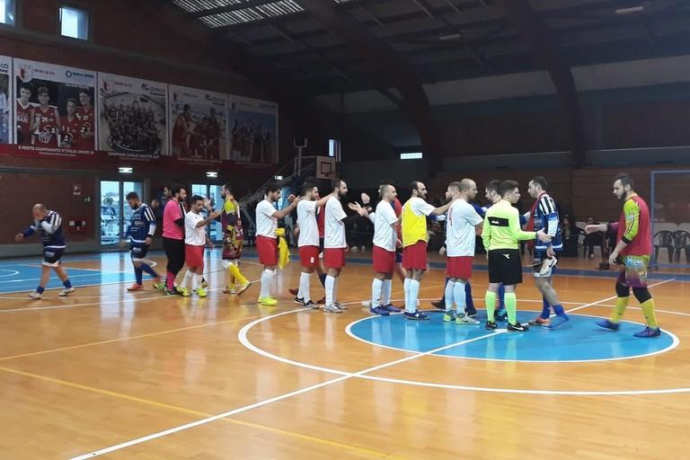 Il saluto delle squadre a fine gara. <span>Foto Nico Colangelo</span>