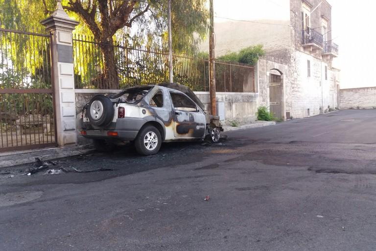 Ennesima auto incendiata all'ingresso dell'orto botanico