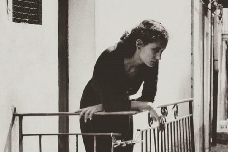 Ragazza affacciata sul balconcino