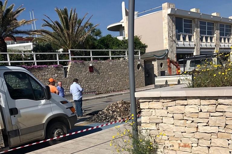Lavori di chiusura di un canale di scolo in zona Salsello