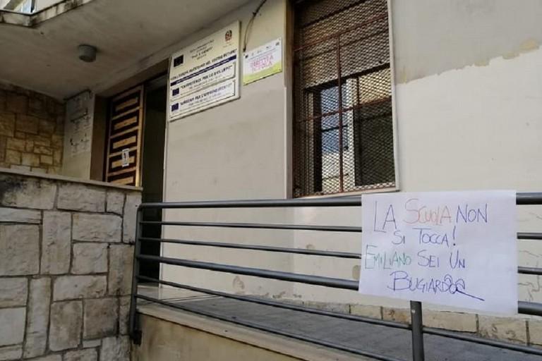 Cartello di protesta contro la decisione di Emiliano davanti a una scuola biscegliese