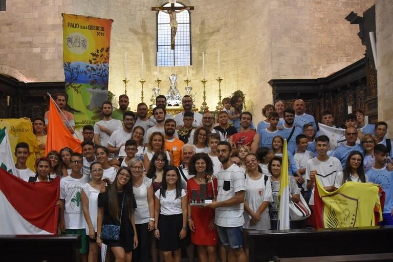 Le squadre partecipanti al Palio della Quercia 2019 al termine della Santa Messa in Cattedrale. <span>Foto Antonio Lopopolo</span>