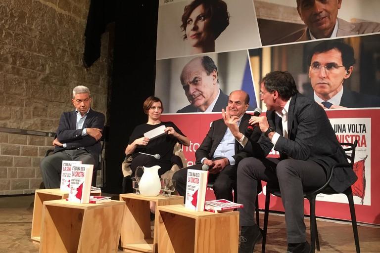 Pierluigi Bersani, Francesco Boccia, Silvia Truzzi e Antonio Padellaro sul palco delle Vecchie Segherie Mastrototaro di Bisceglie. <span>Foto Luca Ferrante</span>