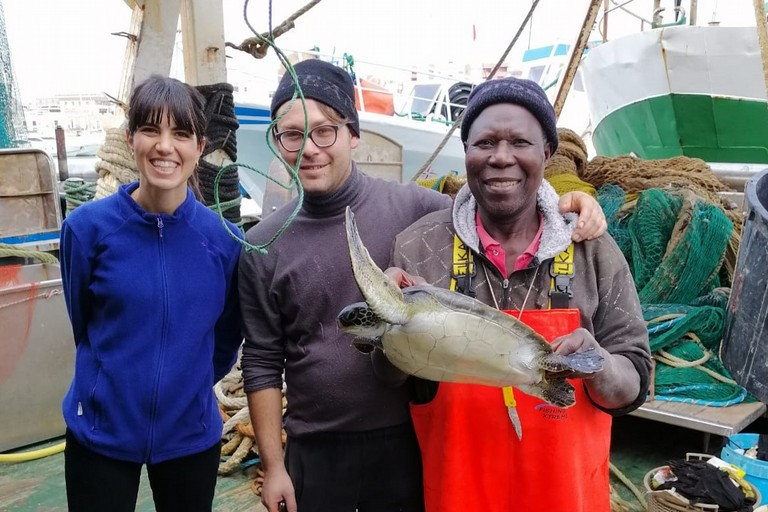 Pescatori biscegliesi recuperano tartaruga verde