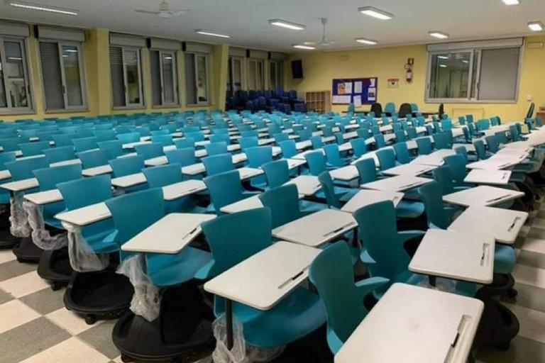 Banchi a rotelle nell'auditorium della scuola Riccardo Monterisi di Bisceglie