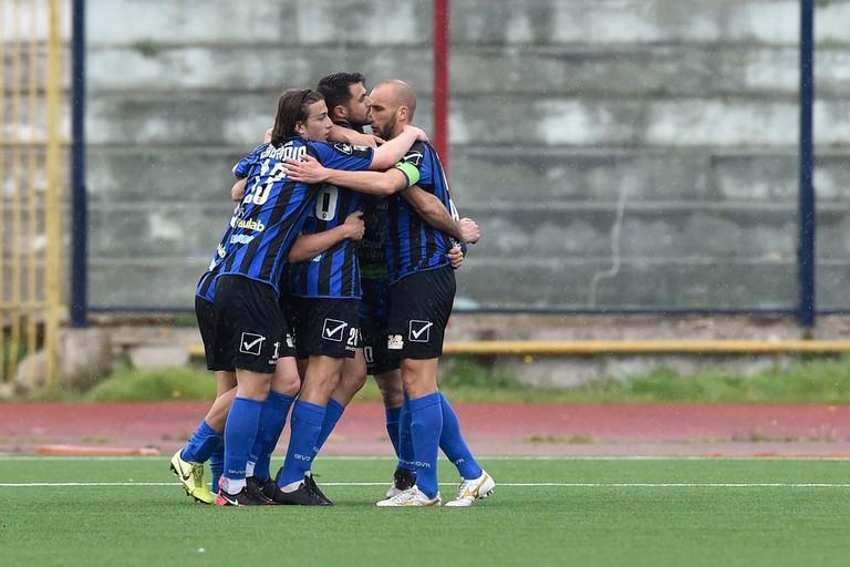 Abbracci fra i calciatori del Bisceglie. <span>Foto Emmanuele Mastrodonato</span>