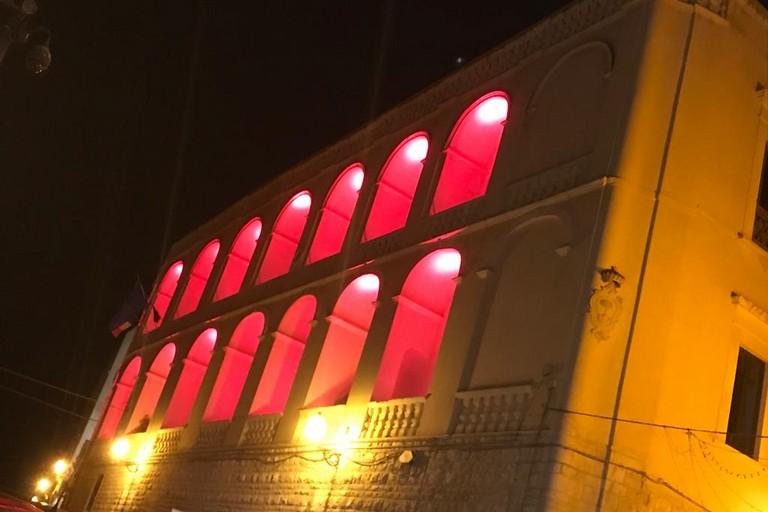 Palazzo San Domenico colorato di rosso
