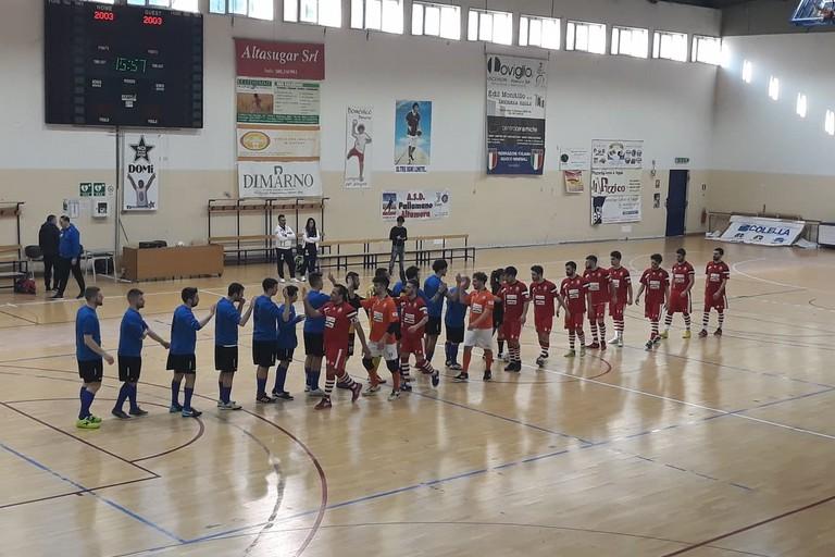 Il saluto tra le squadre ad inizio gara (Foto Nico Colangelo)