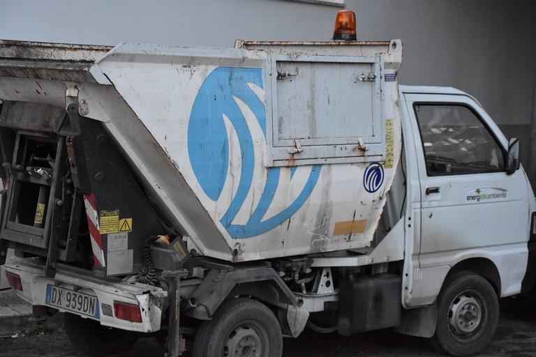 Un mezzo per la raccolta dei rifiuti. <span>Foto Vito Troilo</span>