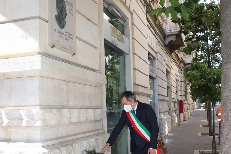 Il Sindaco Angarano davanti al bassorilievo dedicato ad Aldo Moro