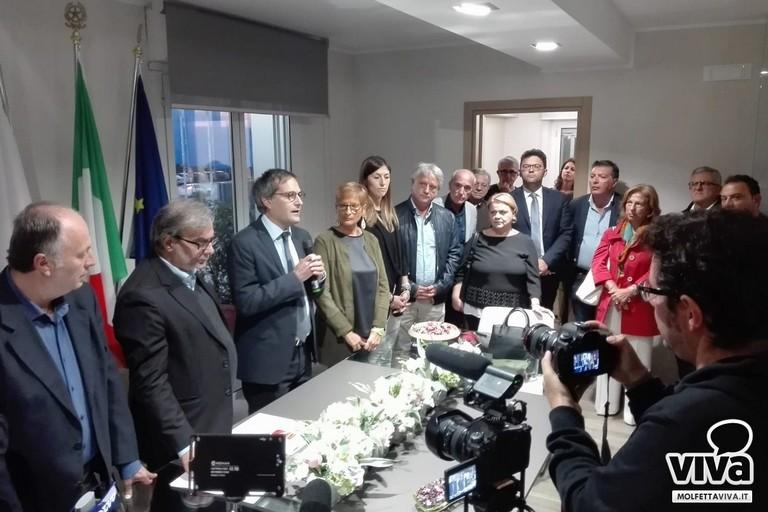 Il sindaco Angarano durante la cerimonia per la firma del protocollo sull'adesione di Bisceglie alla Zes
