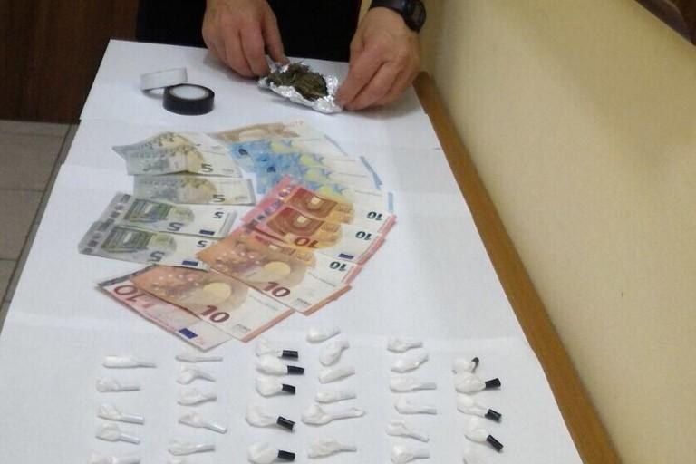 La droga e il denaro sequestrati dai militari dell'Arma