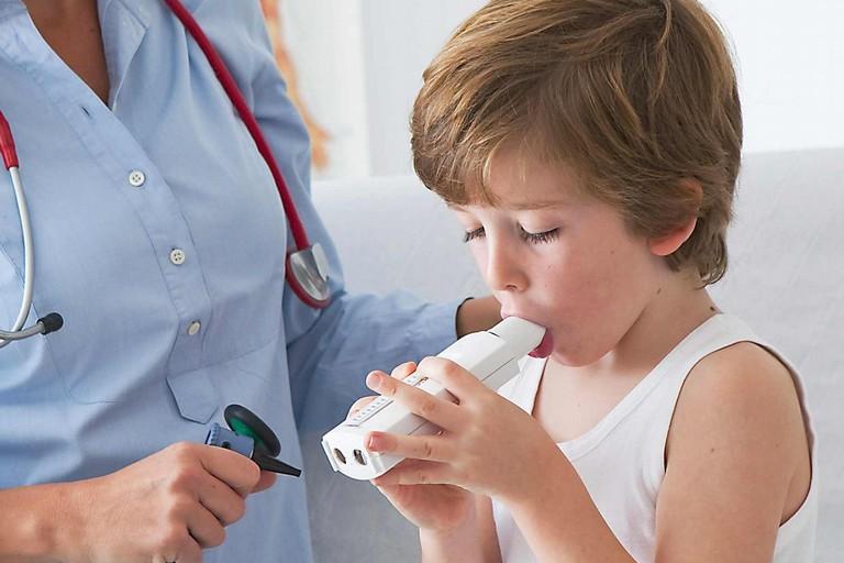 Piccolo paziente alle prese con l'asma
