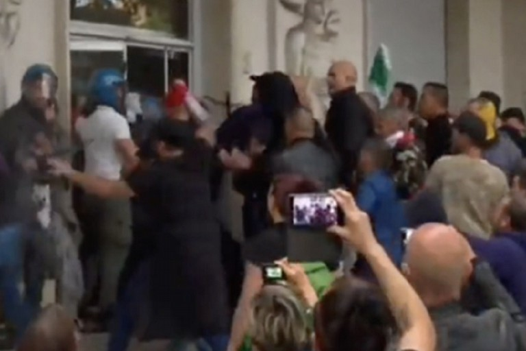 L'assalto alla sede nazionale della Cgil. <span>Foto Fermo immagine Rainews</span>
