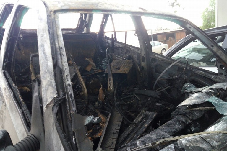 La vettura risultata rubata a Bisceglie e data alle fiamme nel centro di Giovinazzo. <span>Foto GiovinazzoViva</span>