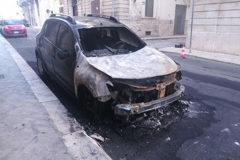 L'auto bruciata in via Alcide De Gasperi. <span>Foto BisceglieViva</span>