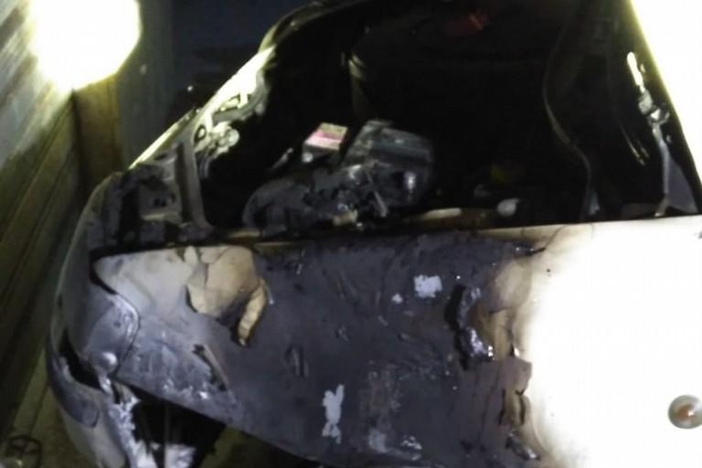 Le conseguenze dell'incendio ai danni dell'auto dell'assessore Natale Parisi