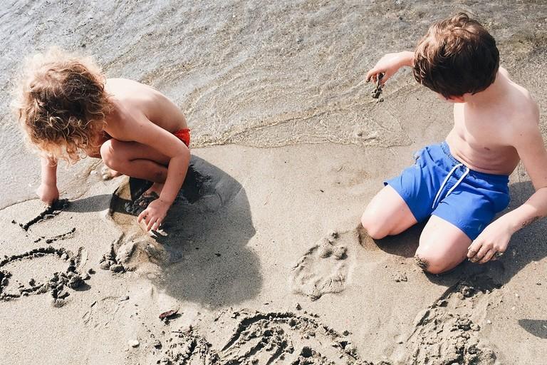 Bambini che giocano sulla sabbia
